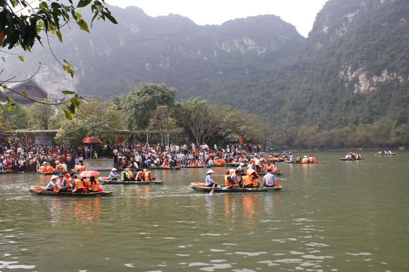 A huge number of visitors coming to Trang An at weekends